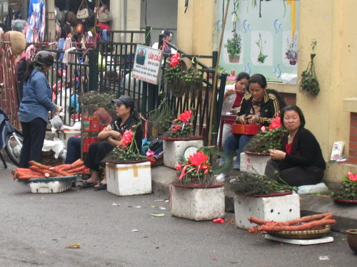 Street hawkers outside Cho Dong Xuan Market