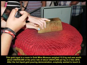 Everybody wanted to touch the gold bar weighing 12.5 kg and worth USD540,000 at current price rate on 2 Dec 2016.